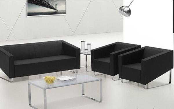 办公沙发是办公场所使用的沙发,按照大小有单人位、双人位和三人位,不过办公沙发是为个人专门定制的,一般是单人位。办公沙发的价格贵不贵?办公沙发怎么样?办公沙发该如何选购呢?请往下看       一、分类   沙发一般可按照面料,结构和规格分类,按照面料可分为真皮沙发、人造革沙发、布艺沙发、实木沙发和藤艺沙发;按照结构可分为钢结构沙发,木结构沙发,人造板材结构沙发;按照规格可分为单人沙发,双人沙发,三人沙发等。下面从这些方面料了解办公沙发的质量。   (1)面料分类   1、真皮沙发 选择的是优质的