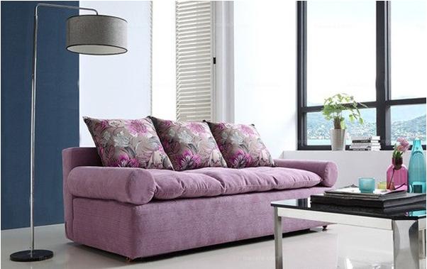 现代小户型加厚式折叠沙发床,参考价:2291左右。此款沙发淡雅的紫色调为主,色色彩清新亮丽,紫色的割绒布艺面层,柔软亲肤,质感非常好。圆润的扶手可拆卸设计,拆卸后展开快速变为宽敞的舒适大床,具备沙发和床两种功能,使用时可随时切换,节省空间。时尚花型抱枕内置优质的海绵,沙发比较柔软舒适。