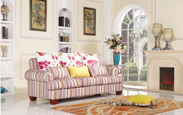 现代风格竖条纹布艺沙发,参考价:3490左右。条纹设计是现代较为流行的一种设计方式,在许多家具中都有体现。此款沙发就以风格竖条为主要设计元素,多彩的条纹设计,非常雅致。条纹抱枕搭配大红花朵靠枕,美观而不失优雅,大量的花朵图案,为沙发增添一丝亮丽,让沙发简约而不显单调。此款沙发精致的实木沙发脚,造型美观,结实牢实,经久耐用。