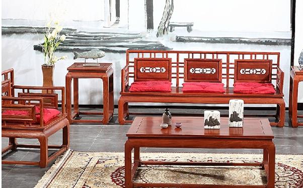 明清古典缅甸花梨木沙发,参考价:35000.00-37000.00之间。此款沙发是高居明作的精品,融入最传统的苏式工艺,精选上等缅甸花梨木制作,经20年工艺的积淀,大打造出精致的明清古典实木沙发。沙发罗汉腿底座稳扎稳打,气质温婉可人,质朴精致,整体设计体现出一种小轩窗明式之美,让人妙不可言。此款缅甸花梨木沙发组合,三人位由罗汉床演化而来,宽敞大气,主人位与尊客位均舒适宽敞。