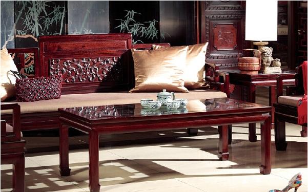 单一的木沙发放置在客厅中不仅不显美观,还会影响客厅整体效果。所以木沙发一般是组合搭配的,今天介绍的木沙发五件套,设计保留了传统中式家具的意境和精神象征,俘虏了众多年轻人的心。木沙发五件套的艺术风格设计中摒弃了一些传统中式家具的繁复雕花和纹路,符合现代人的审美和偏好。接下来我们就一起去感受一下实木沙发五件套的魅力吧!