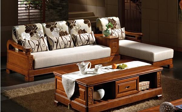 这款木质沙发的设计脱去了繁杂浮华的装饰,还原木材本来的纹路,精致美观的外形更沉淀出质朴与经典。沙发每一处精心雕琢,只为演绎出非凡的品质,传承实木家具。这款木质沙发融入现代化的设计艺术,大气天成,带来卓越家具生活享受。搭配的靠枕精致文雅的样式低调奢华霸气显露无疑;木纹清晰均匀,拼接结构更牢固。